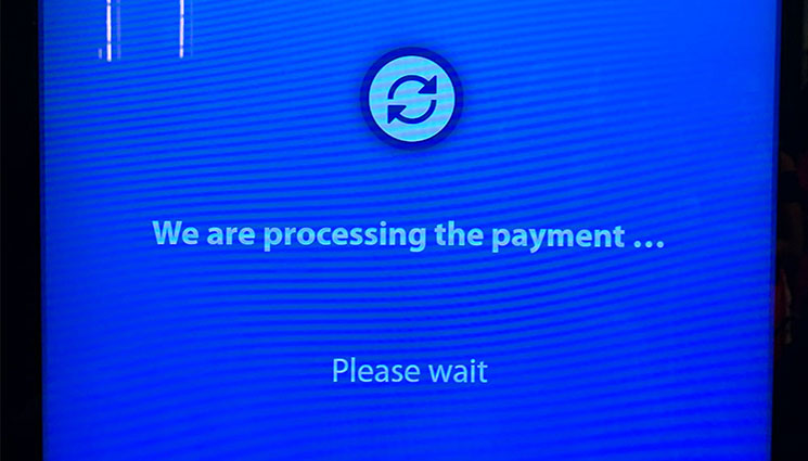 ミラノ ドゥオーモ 自動券売機 支払い処理中の画面