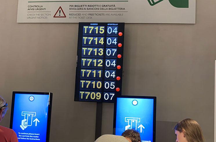 チケットオフィス内の整理券番号の確認モニター