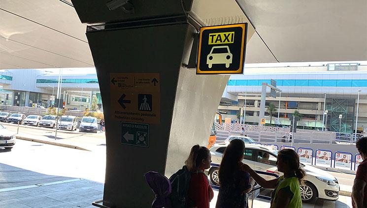 フィウミチーノ空港のタクシー乗り場
