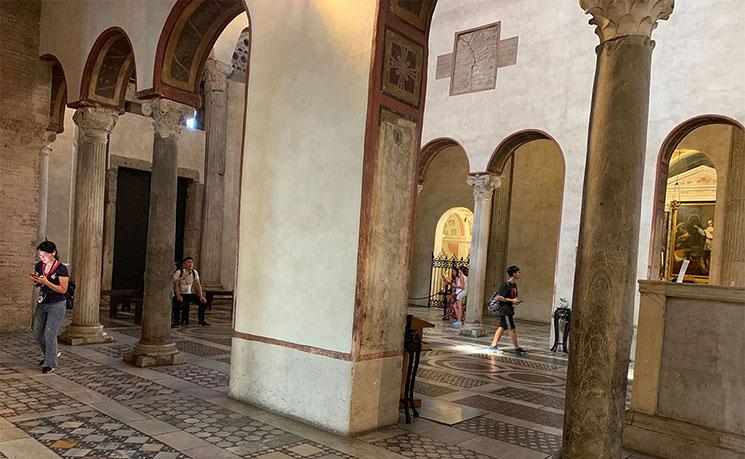 サンタ・マリア・イン・コスメディン教会内の景観