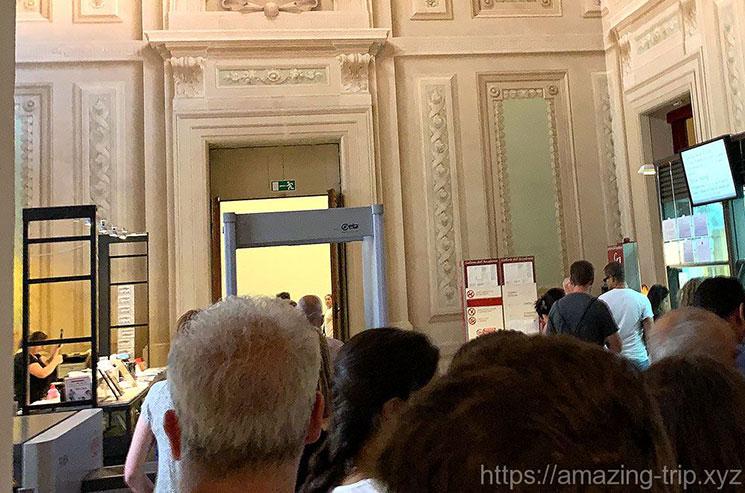 アカデミア美術館内のセキュリティチェック