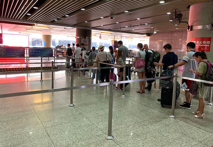 北京空港 タクシー乗り場に並ぶ人たち