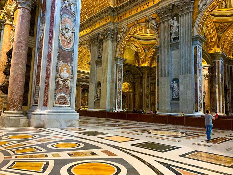 サン・ピエトロ大聖堂内部の景観