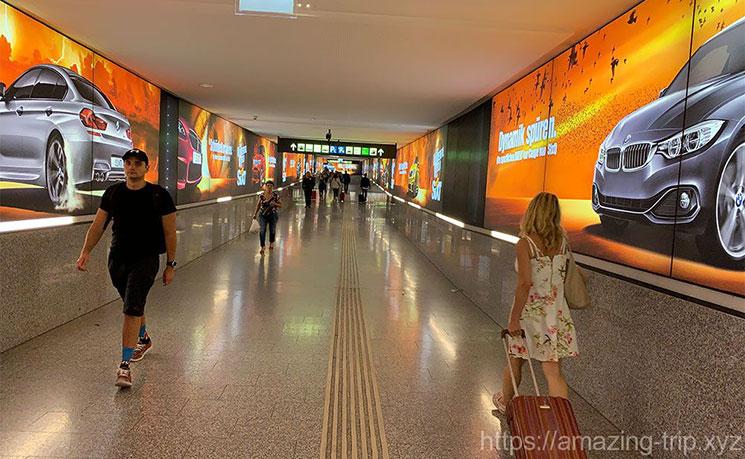 ウィーン国際空港 CATの乗車ホームへと続く通路