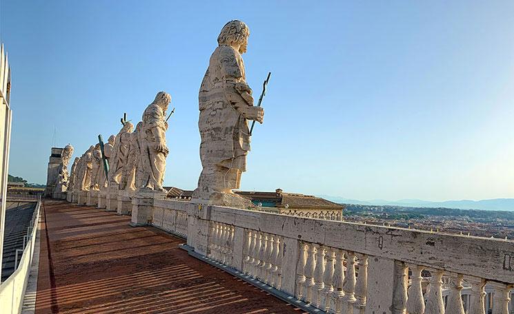 クーポラ下の屋上テラスから見る彫像
