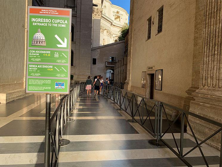 クーポラの入口前の通路