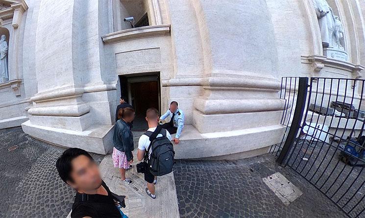 クーポラの建物入口 係員のチケット確認