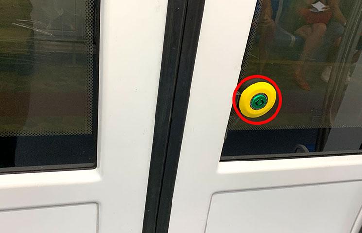 地下鉄のドア開閉ボタン