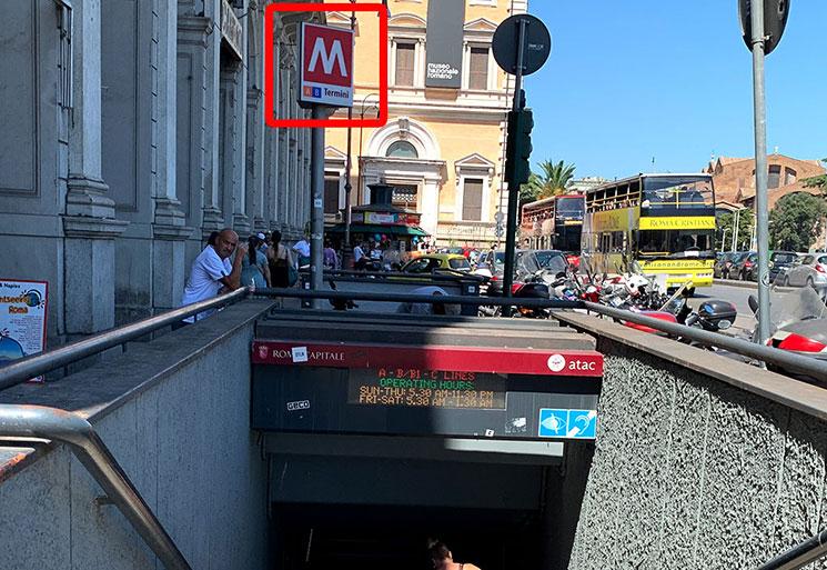 地下鉄の入り口と「M」の看板