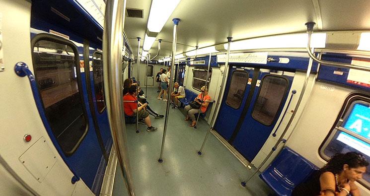 地下鉄 車両内の風景