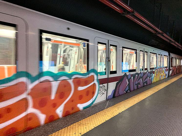 ローマ地下鉄 落書きされた電車