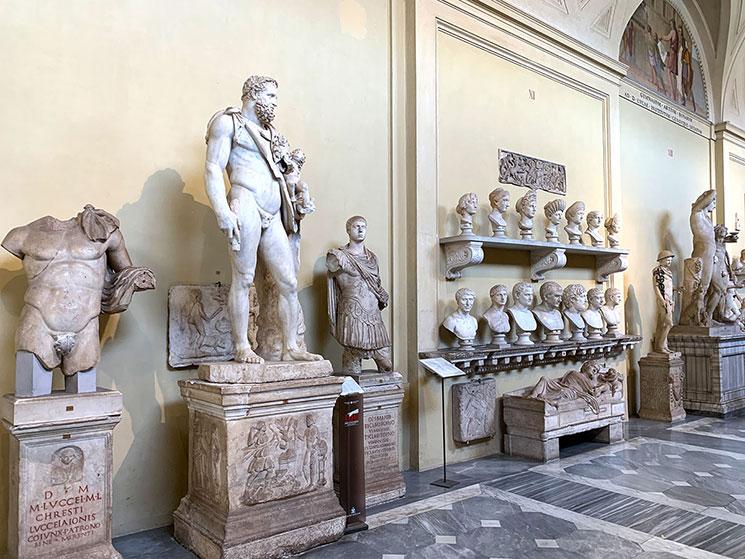 キアラモンティ美術館の彫像と胸像