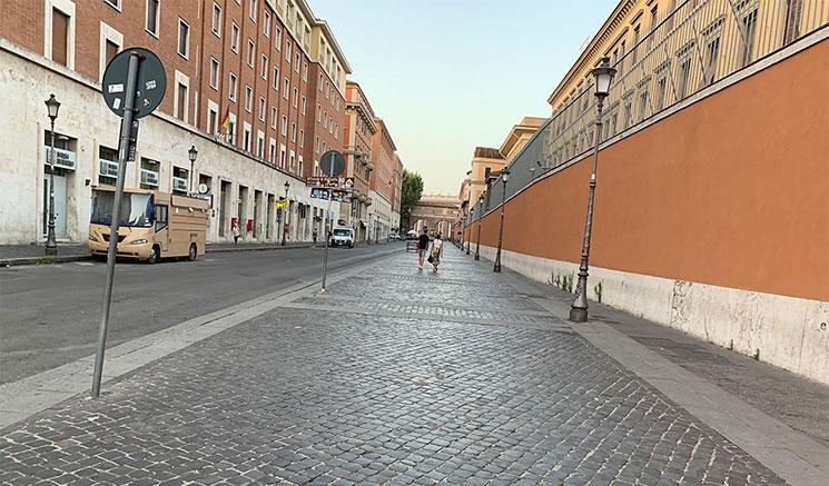 サン・ピエトロ大聖堂近くの道
