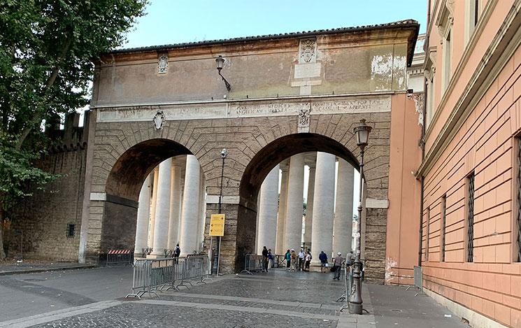 サン・ピエトロ広場 入口付近のアーチ門