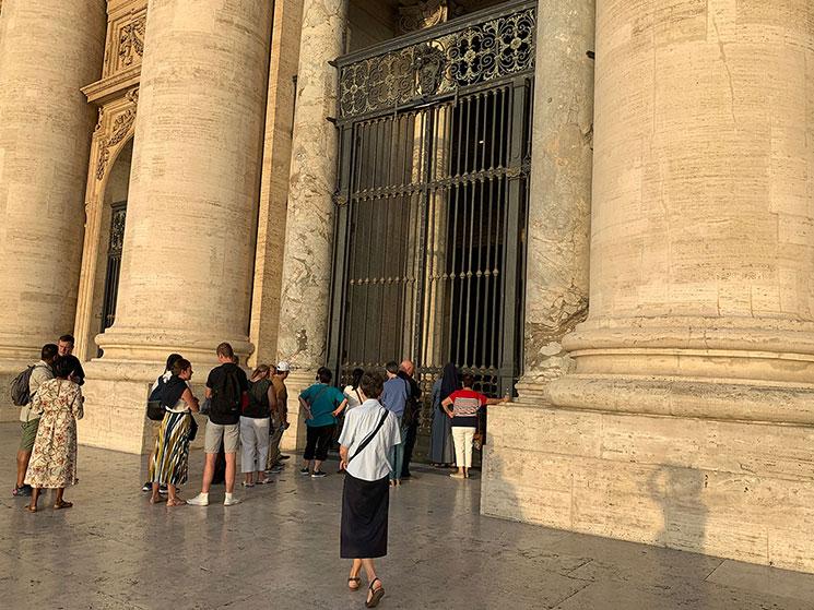サン・ピエトロ大聖堂 入口前で開場を待つ人たち