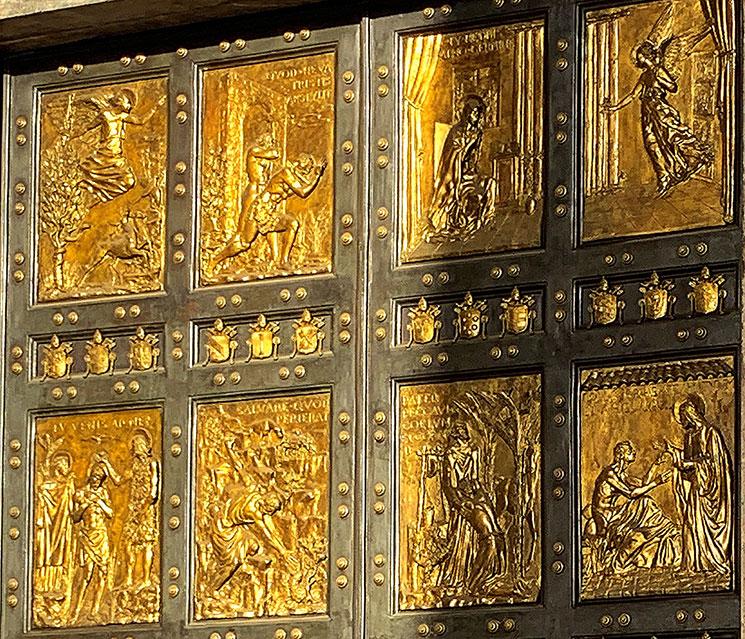 聖なる扉の彫刻