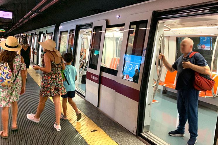 乗車ホームに到着した地下鉄