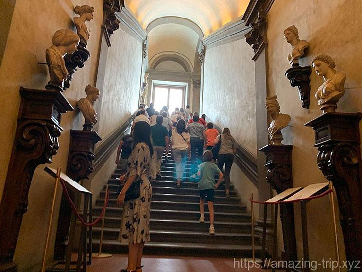 ウフィツィ美術館 見学エリアへ続く階段