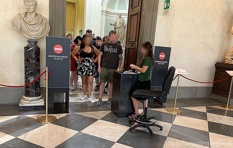 ウフィツィ美術館3階のチケット確認