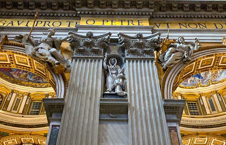 大聖堂内の柱と装飾
