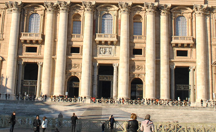 サン・ピエトロ大聖堂 ファサードの円柱と正面階段