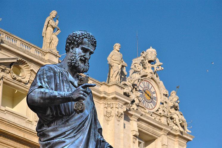 聖ペテロ像と右手に握る天国の鍵