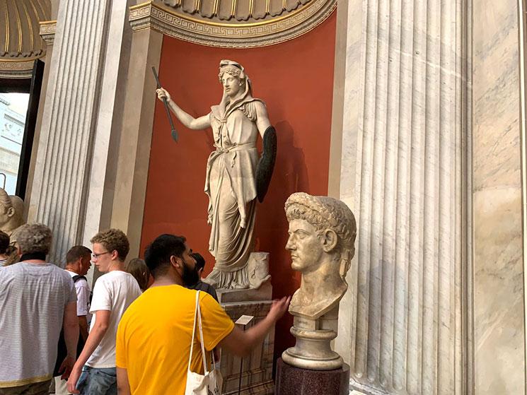 円形の間の彫像