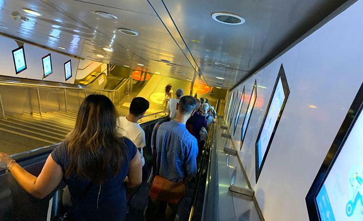 地下鉄駅へと続くエスカレーター