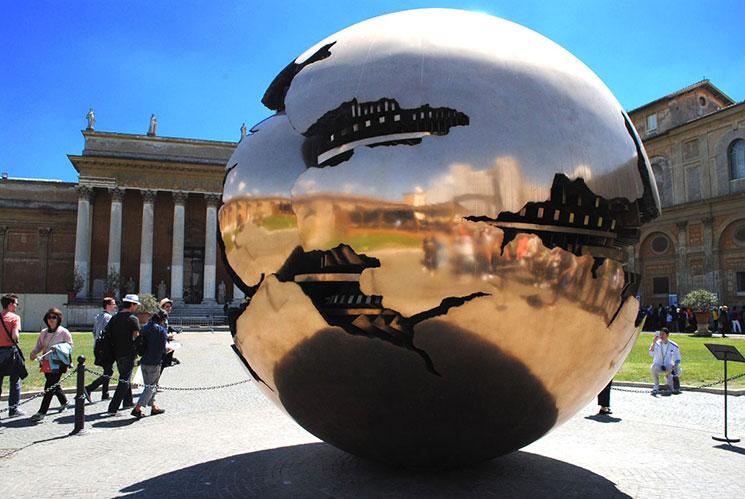 アルナルド・ポモドーロ作 球体の中の球体