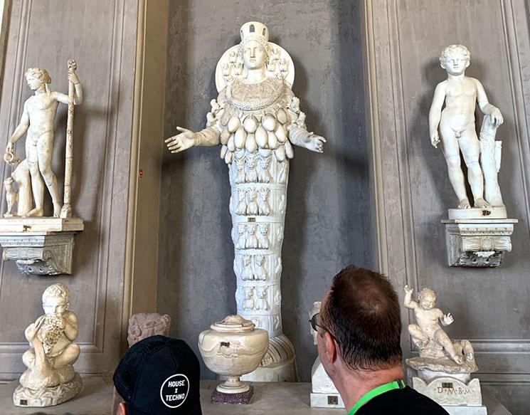 豊穣の女神アルテミスの像