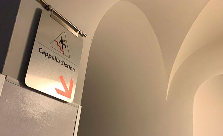 システィーナ礼拝堂「Cappella Sistina」への案内板