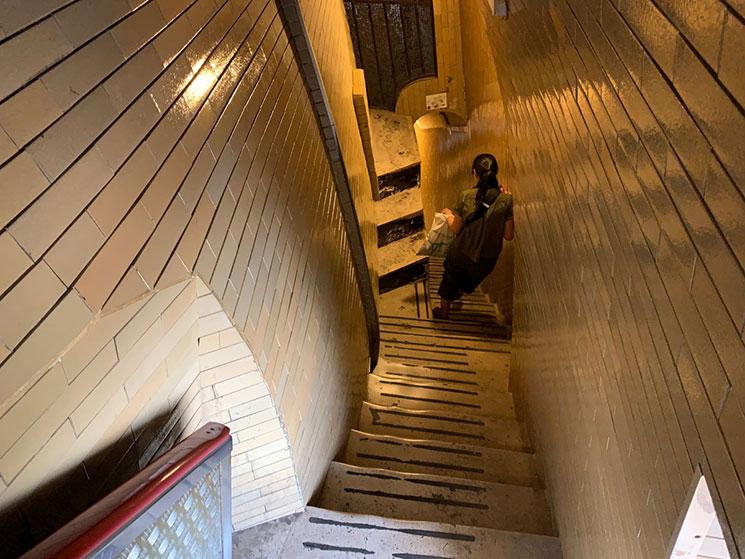 クーポラ 下り階段