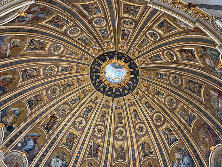 ミケランジェロ設計のクーポラの装飾と窓