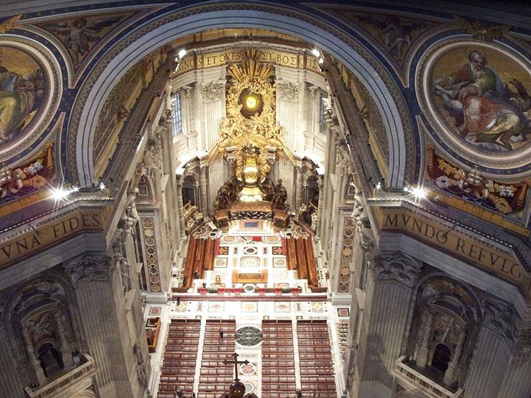 クーポラの通路から見るサン・ピエトロ大聖堂内部の景観