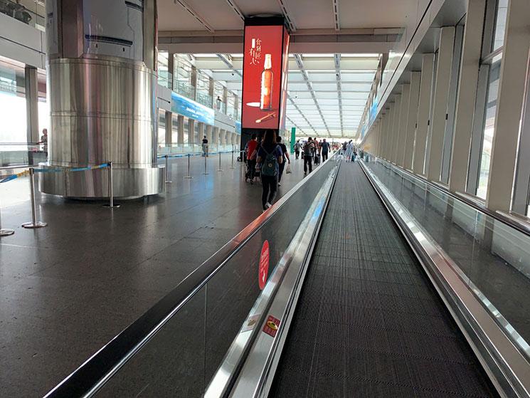 北京空港 Airport Expressの乗り場へと続く通路