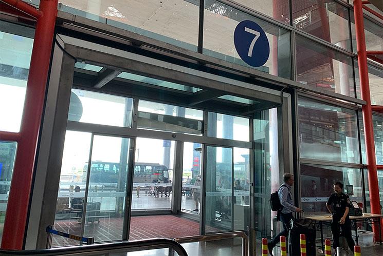 北京空港 バス乗り場前の扉