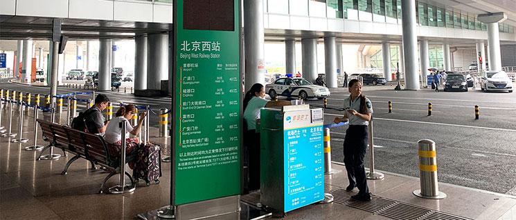 北京空港バス乗り場前の係員