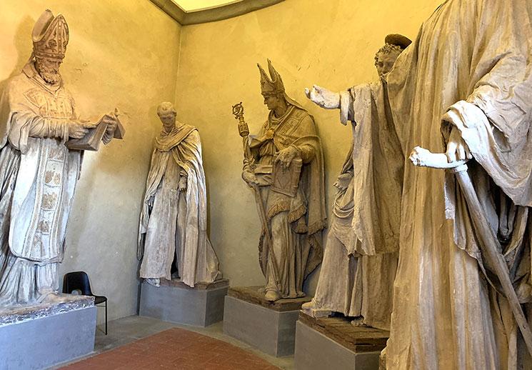 クーポラ登り階段付近の聖人像