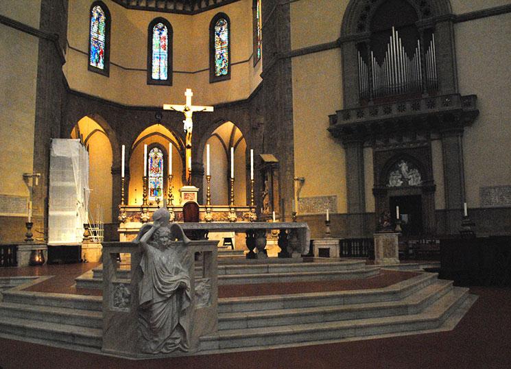大理石の祈祷席と主祭壇