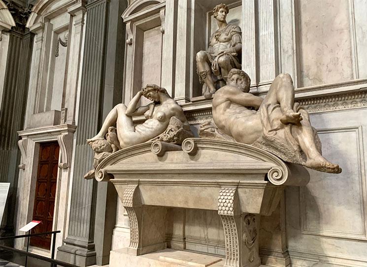 ジュリアーノ・デ・メディチの霊廟とミケランジェロの彫刻「夜」と「昼」