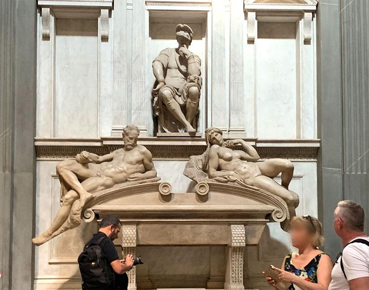 ロレンツォ・デ・メディチの霊廟とミケランジェロの彫刻「黄昏」と「曙」
