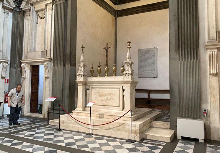 君主の礼拝堂の祭壇と燭台