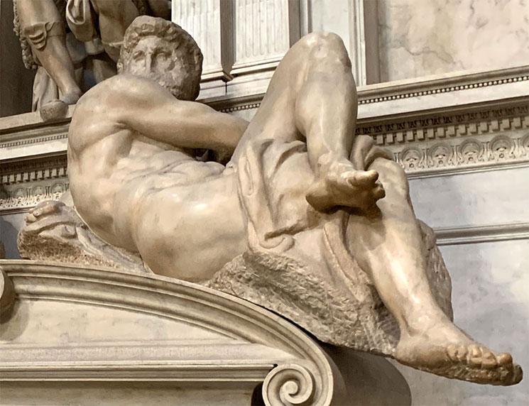 ミケランジェロ作の彫刻「昼」