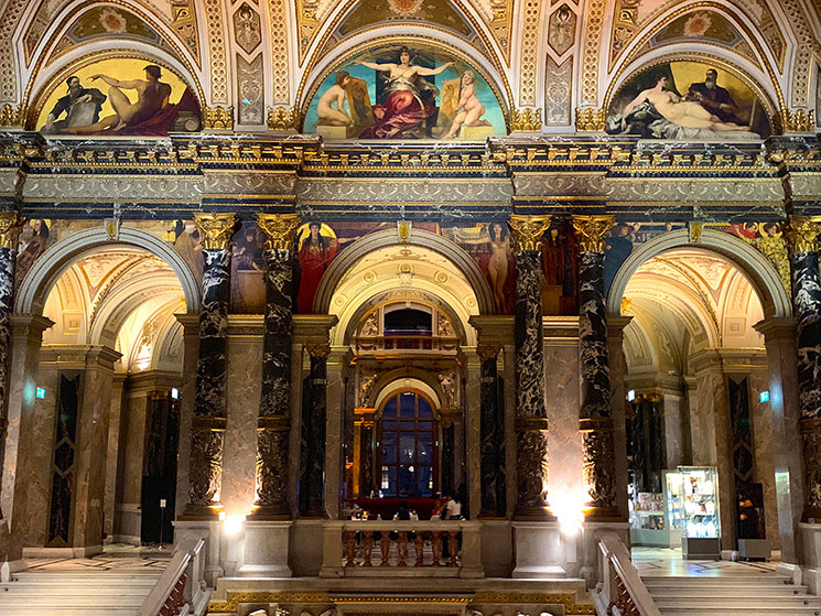 美術美術館 大階段ホールの壁画と装飾