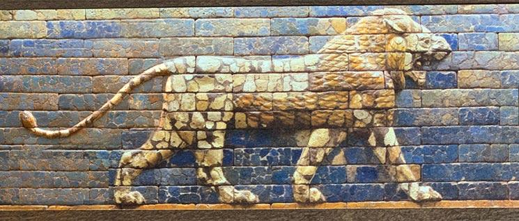 歩くライオンの瓦礫レリーフ