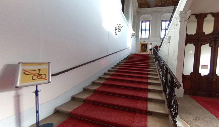 シェーンブルン宮殿 見学エリアへと続く階段