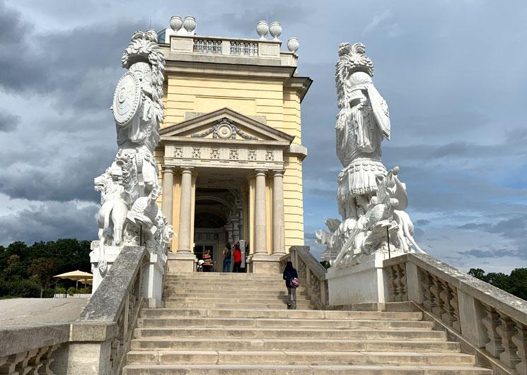 グロリエッテの階段を飾る彫像群