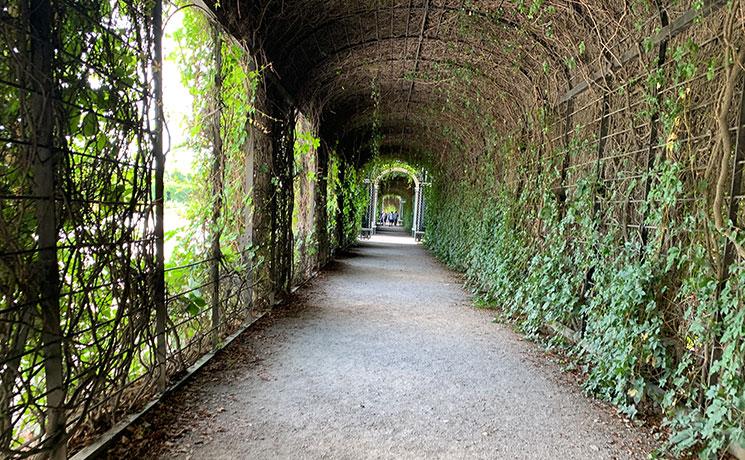 プライベート庭園敷地内のトンネル歩道
