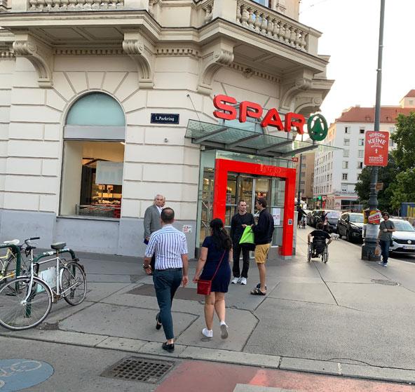 ウィーン・ミッテ駅近くのスーパーマーケット「SPAR」