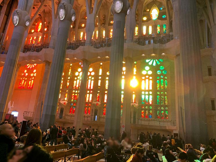 サグラダファミリア大聖堂内部とステンドグラス